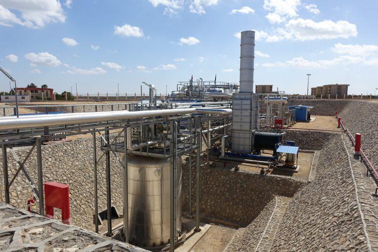 Eine Besonderheit des thermischen Speichers der MATS-Anlage: der sogenannte Eintankspeicher (links) speichert heißes und kälteres Salz (290 °C) geschichtet in nur einem Tank, statt wie üblich in zwei. Zudem befindet sich der Dampferzeuger innerhalb des Speichertanks, was die Investitionskosten verringert. Durch eine auf Gas-Zusatzheizung (rechts) kann die Stromproduktion und Entsalzung ebenfalls gewährleistet werden.