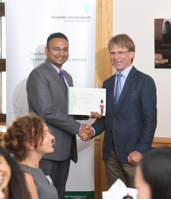 Professor Dr. Hans-Christian Pape (r.) handed over the certificate to Kumar Abhishek
