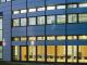 Beleuchtetes Hauptgebäude des Fraunhofer Instituts für Solare Energiesysteme ISE im Dunkeln. © Fraunhofer ISE