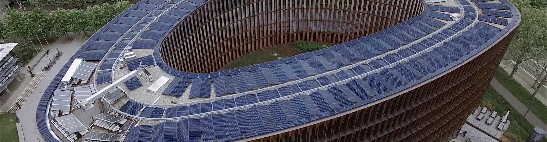 Hybridmodule auf dem Dach des Rathauses im Stühlinger in Freiburg erzeugen Strom und Wärme. ©Fraunhofer ISE